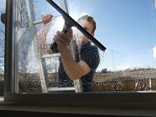Как помыть окна на балконе снаружи на высоком этаже если не достаешь?